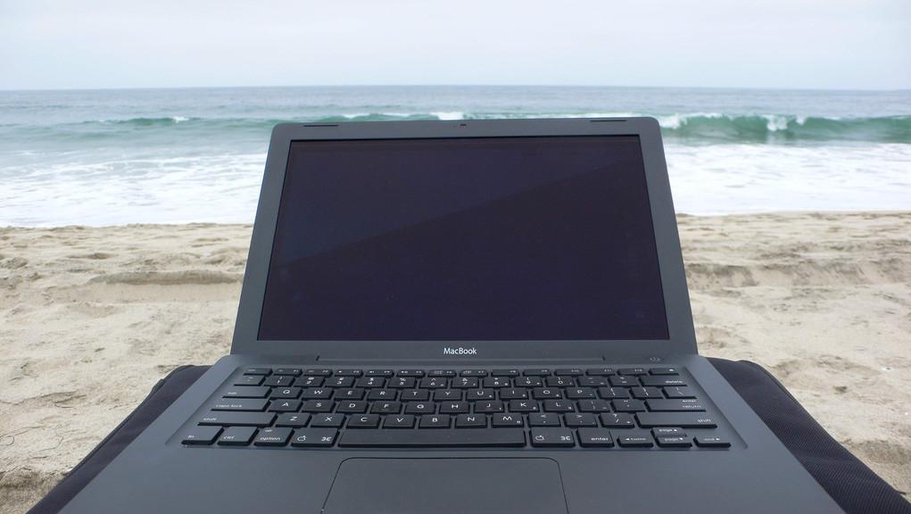 Laptop na plaži